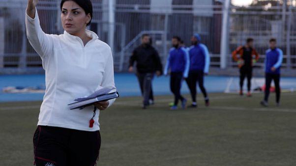مها جنود.. مدربة كرة قدم تقود فريقا سوريا للرجال إلى الانتصارات