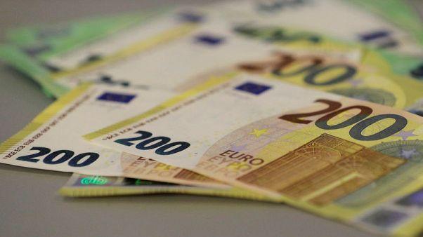 الدولار يرتفع مع هبوط اليورو لكن الآفاق ما زالت قاتمة