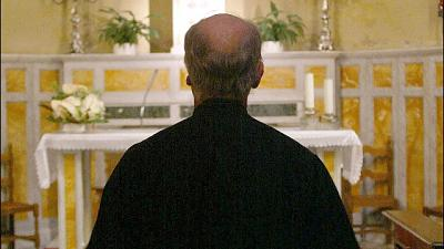 Minigonne in chiesa,anatema prete Friuli