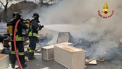 Corpo carbonizzato in baracca incendiata