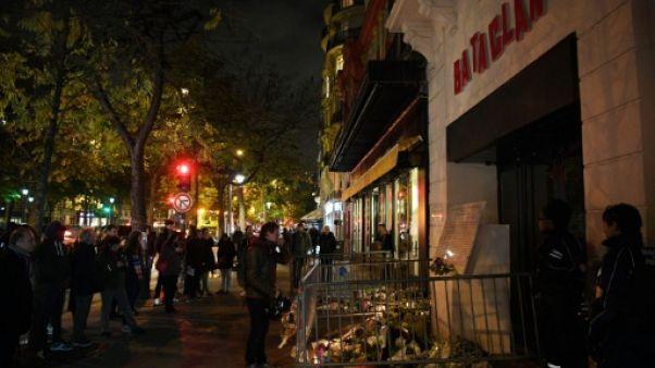 Des personnes se recueillent devant le Bataclan à Paris le 13 novembre 2017