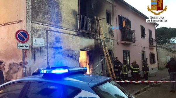 Morto in casa in fiamme,vegliato da cani