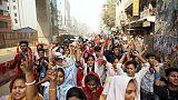 شرطة بنجلادش تطلق الغاز المسيل للدموع لتفريق محتجين من عمال صناعة الملابس