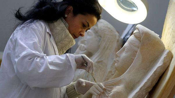 علماء يرممون آثار تدمر السورية في المتحف الوطني بدمشق