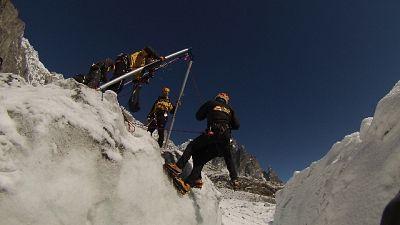Bloccati su cascata ghiaccio, in salvo