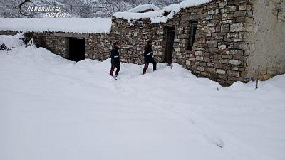 Un anziano si salva dalla bufera di neve