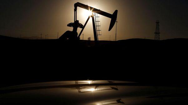 أسعار النفط تنخفض أكثر من دولار للبرميل لكنها تتجه لإنهاء الأسبوع على مكاسب