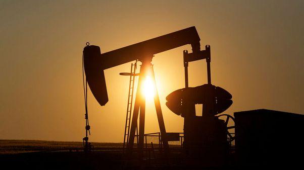 النفط يهبط حوالي 2% وسط مخاوف بشأن الاقتصاد العالمي لكنه ينهي الأسبوع على مكاسب