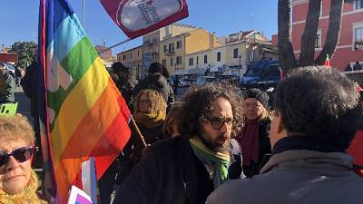 Bandiera pace, scontro sindaco-Casapound