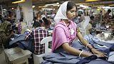 أصحاب مصانع الملابس في بنجلادش يهددون بقطع رواتب عمال محتجين