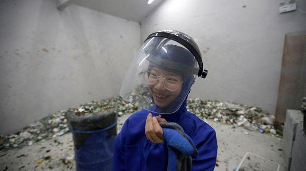 """سكان بكين يتخلصون من ضغوط الحياة في """"غرفة الغضب"""""""