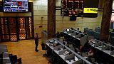 بورصة مصر تتراجع تحت ضغط ضعف الأسهم العالمية والسعودية تهبط بفعل النفط