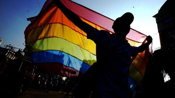 Gay critica bar e titolare lo insulta