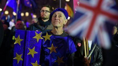 Aux abords du Parlement britannique, pro et anti-Brexit unis contre l'accord de divorce
