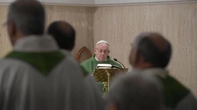 Papa: vita violata da ricerca profitto
