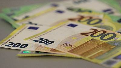 اليورو يتراجع بفعل مخاوف اقتصادية والاسترليني يصعد