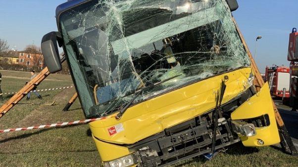 Scontro bus e due camion,diversi contusi