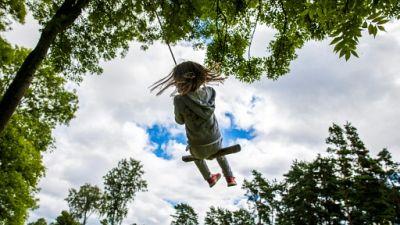 Un enfant sur une balançoire sur l'île de Lindøya (Norvège) le 4 août 2017.