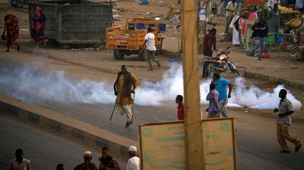 متظاهرون يشتبكون مع الشرطة في السودان مع اتساع الاحتجاجات ضد البشير