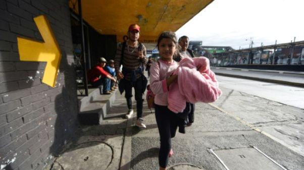 Caravane de migrants honduriens: de premiers groupes passent la frontière mexicaine