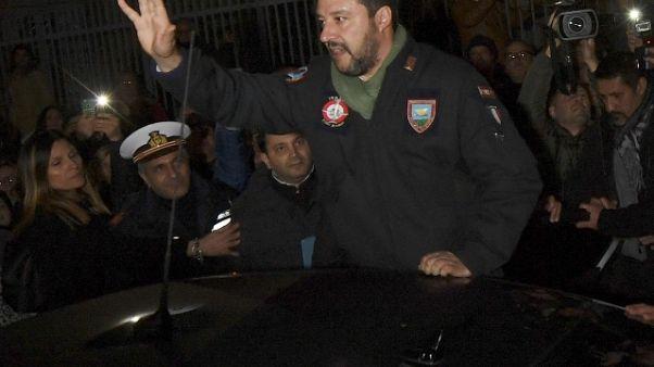 Sostenitore bacia la mano a Salvini