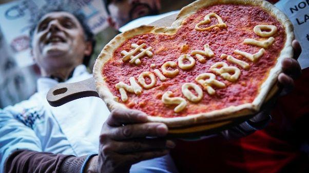 Sorbillo riapre, pizze gratis per tutti