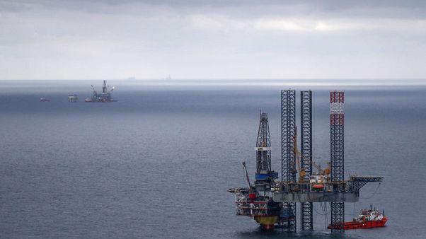 النفط يهبط 2% وسط تباطؤ النمو العالمي وزيادة الإمدادات