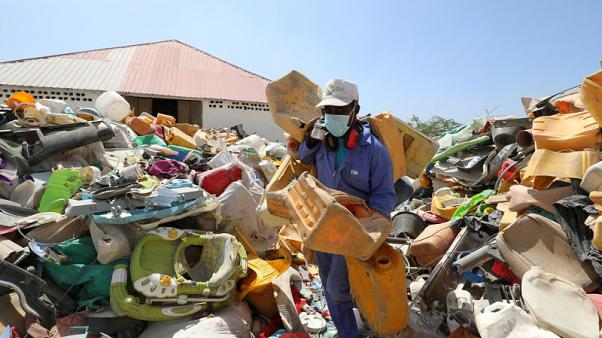 Somalis turn a profit by transforming their scrap plastic