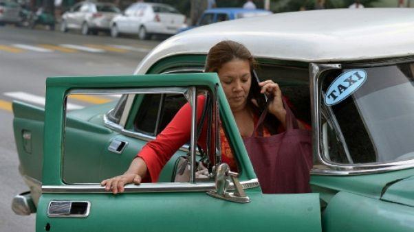 Une Cubaine monte à bord d'un taxi à La Havane le 17 janvier 2019