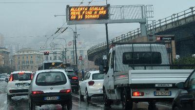 Neve a Genova, code in A10 e bus fermi