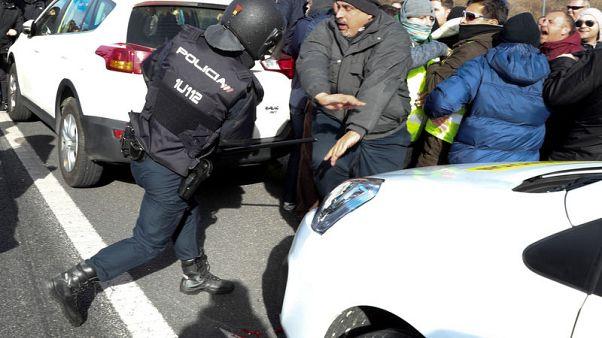 سيارات الأجرة في مدريد تمنع الوصول لمعرض سياحي احتجاجا على أوبر