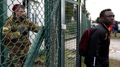 De l'accueil à la rue, polémique après la fermeture d'un centre de migrants en Italie