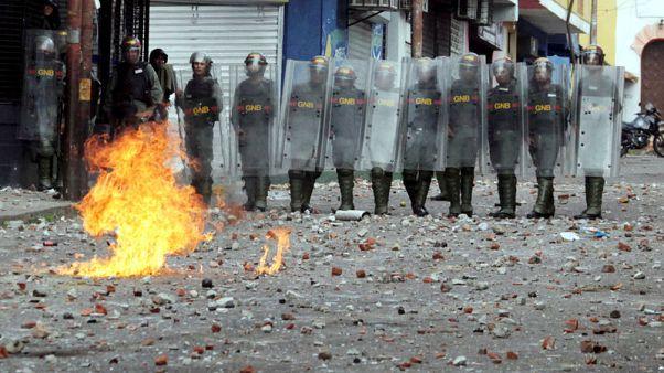 بعد سحب البساط من الرئيس الفنزويلي مادورو.. المعارضة تسعى لمواصلة الضغط