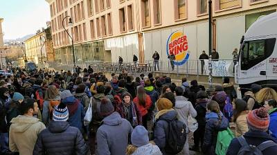 Flash mob contro fastfood, tafferugli