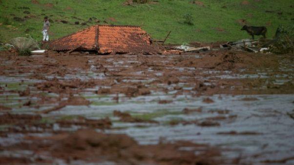 Brésil : près du barrage, des maisons englouties par la boue