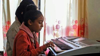 Au Yémen en guerre, des enfants trouvent du réconfort dans la musique