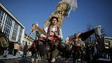 مدينة بلغارية تطرد الأرواح الشريرة بمهرجان زاخر بالألوان