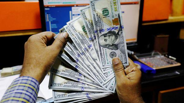 الدولار يتحرك في نطاق ضيق بفعل مخاوف الحرب التجارية والمركزي الأمريكي