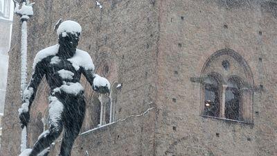 Neve a Bologna, disagi al Marconi