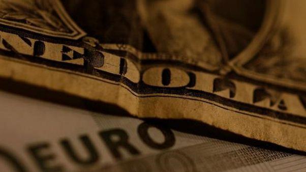 الدولار ينخفض واليورو يرتفع مع تحول المركزي الأمريكي إلى الحذر