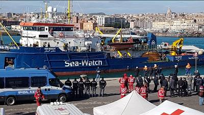 Sea Watch a Catania, migranti in festa