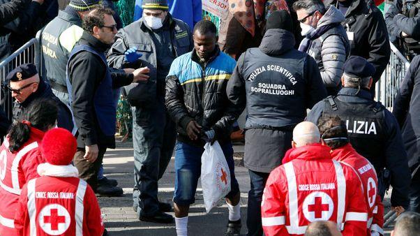 مهاجرون ينزلون على جزيرة إيطالية وروما تتوعد بمواصلة سياساتها المتشددة