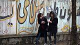 Deux jeunes Afghanes dans une rue de Kaboul, le 30 janvier 2019