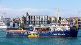 خفر السواحل الإيطالي يحتجز سفينة لإنقاذ المهاجرين في ميناء بصقلية
