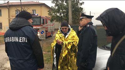 Ondata di piena, 6 carabinieri feriti