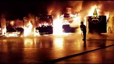 Bus a fuoco in deposito nel Pistoiese