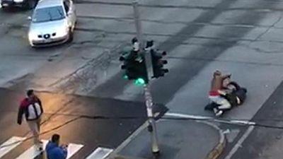 Uomo accoltellato in strada a Milano