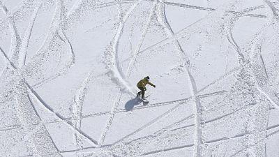 Snowboarder 24enne morto sotto valanga