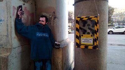 Sagoma Salvini e finte pistole in strada