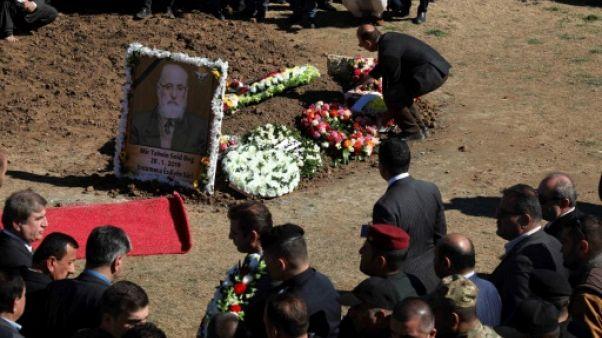 Les Yazidis, persécutés par l'EI, enterrent leur prince en Irak
